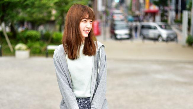 Untuk menghalau dinginnya musim hujan, bisa dengan cardigan atau jaket tipis. (matcha-jp.com)
