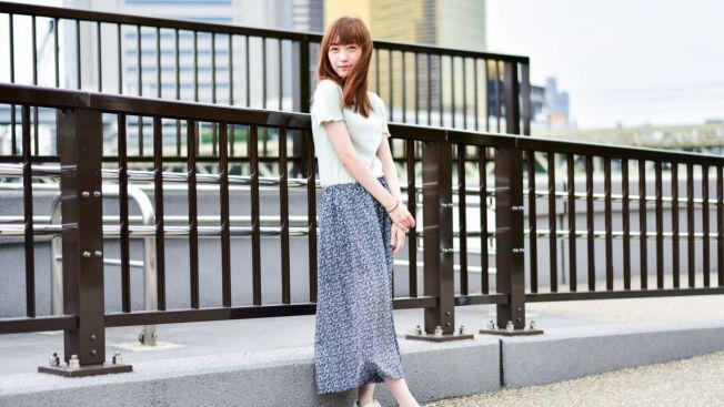 Atasan lengan pendek dan rok panjang cocok dipakai saat hujan! (matcha-jp.com)