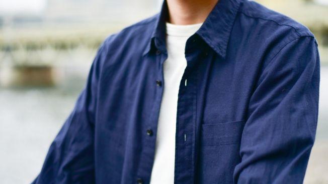 Untuk mengusir rasa dingin karena hujan, bisa menggunakan jaket tipis atau kemeja lengan panjang di atas kaosmu. (matcha-jp.com)
