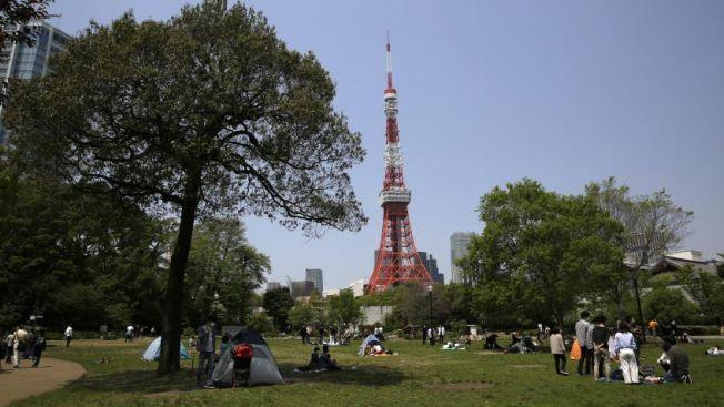 Penduduk Jepang di Shiba Park pada 29 April 2020. Meski pemerintah mengimbau agar tetap stay at home, perintah itu tak diindahkan. (japantoday.com)