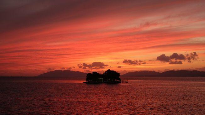 Pemandangan matahari terbenam di Danau Shinji. (kankou-shimane.com)