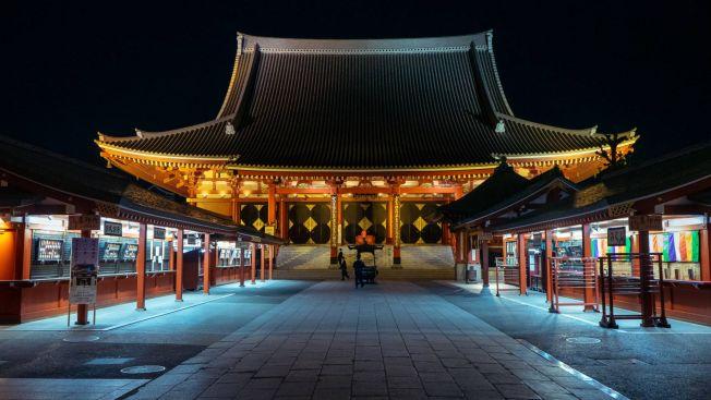 Suasana Sensoji Temple, Asakusa yang sangat sepi ( OSCAR BOYD )