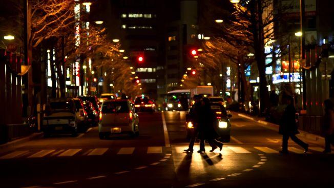 ilustrasi orang menyeberang jalan
