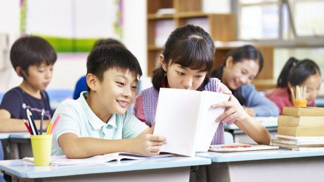 anak belajar di sekolah