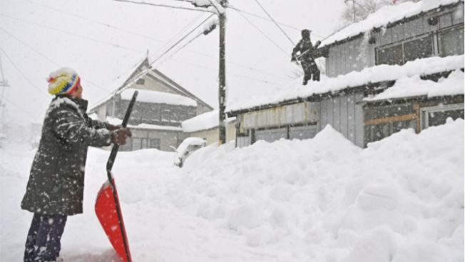 Masyarakat Membersihkan Salju