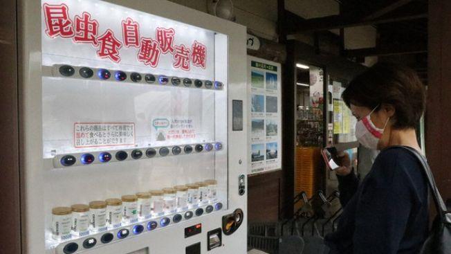 Perusahaan Jepang ini memasang vending machine yang menjual serangga japanesestation.com