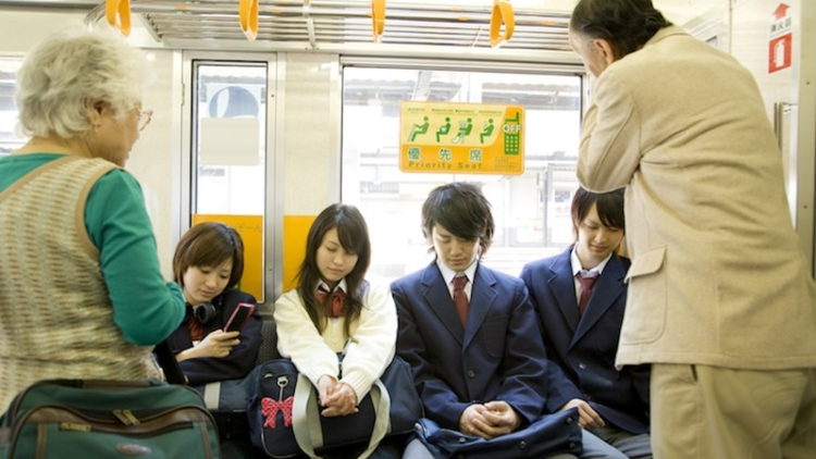 Karena Kesal, Seorang Lansia Menusuk Pria 30 Tahunan yang Duduk di Kursi  Prioritas Kereta | Berita Jepang Japanesestation.com