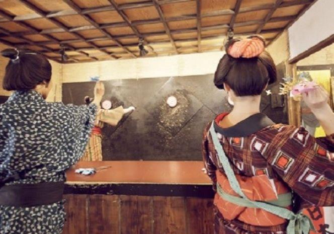 Belajae melempar shuriken di Shuriken Dojo. (ikidane-nippon.com)