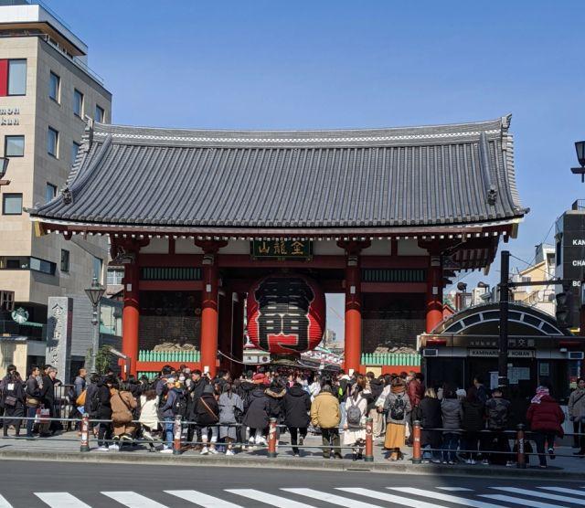 Kuil Sensoji dan lentera lamanya, dipadati pengunjung. (soranews24.com)