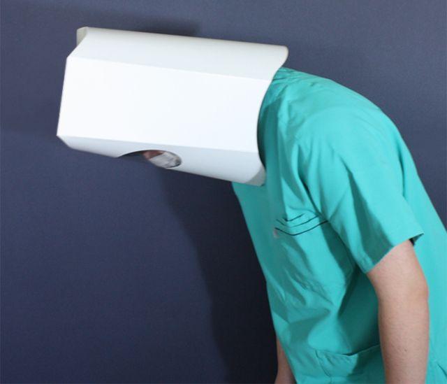 Helm ini terbukti aman, tidak akan jatuh jika kamu menundukkan kepala. (soranews24.com)