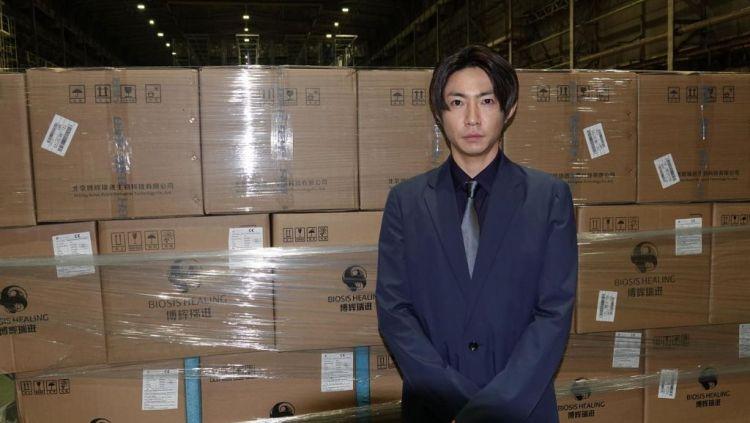 Aiba Masaki dari Arashi menjadi wakil Johnnys untuk menjemput suplai medis yang baru tiba dari Beijing. (aramajapan.com)