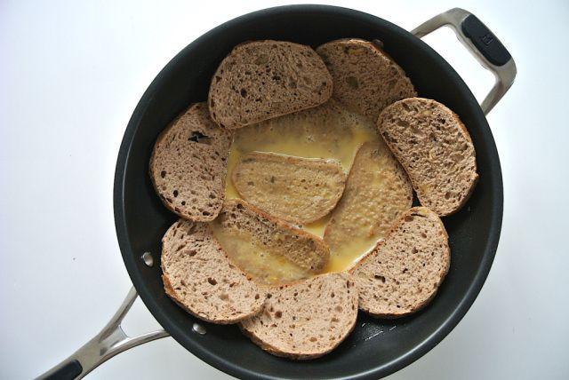 Susun roti dan tuang campuran telur ke tengahnya (soranews24.com)