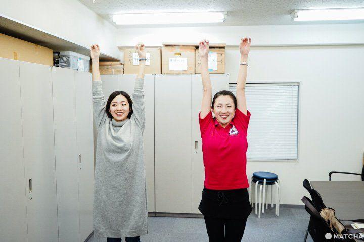 Merentangkan tangan ke atas (matcha-jp.com)