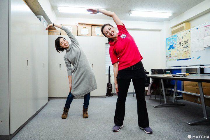 Gerakan untuk meregangkan otot bawah ketiak. (matcha-jp.com)