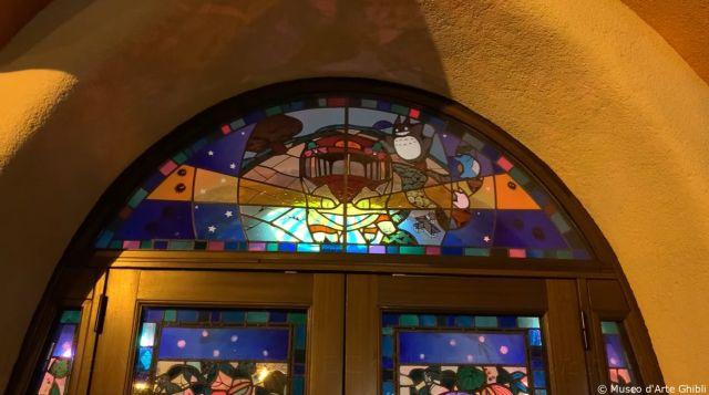 Cahaya dari stained glass window mulai meredup. (soranews24.com)