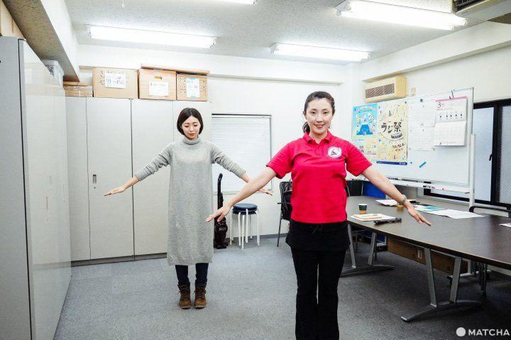Menutup rajio taiso dengan menarik nafas dalam-dalam. (matcha-jp.com)