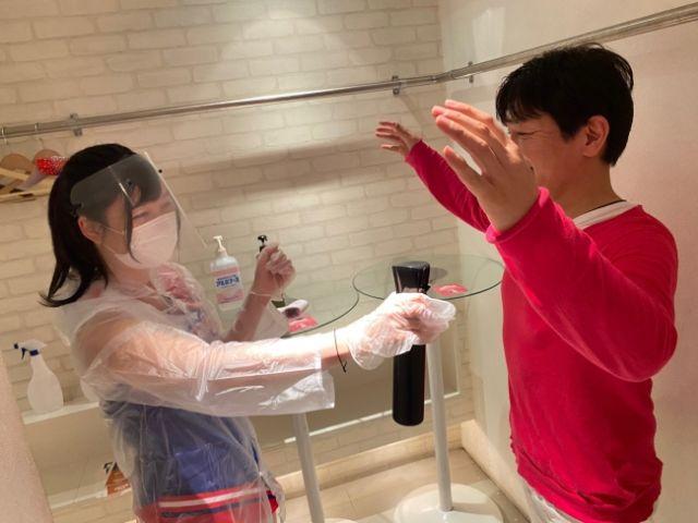 Menyemprot desinfektan pada pakaian (soranews24.com)