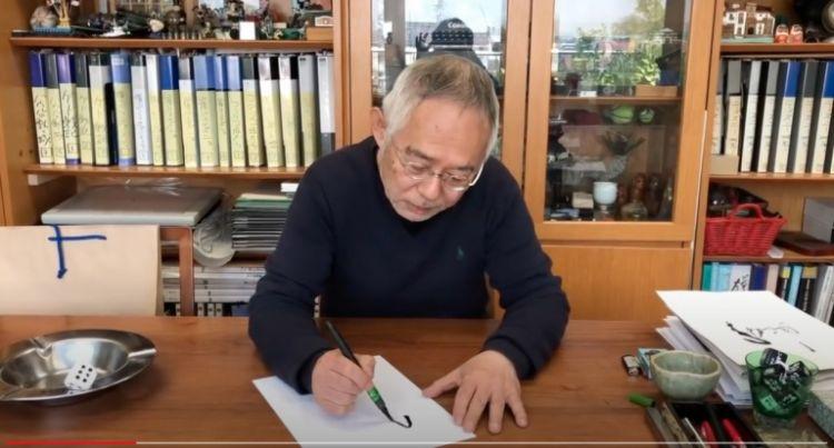 Berbagai folder dan pernak-pernik Ghibli di kantor Toshio Suzuki (soranews24.com)