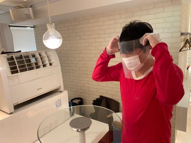 Pengunjung juga bisa menyewa face shield (soranews24.com)
