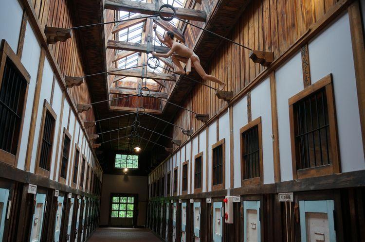 Ilustrasi realistis dalam museum yang menggambarkan seorang tahanan berusaha kabur. (tsunagujapan.com)