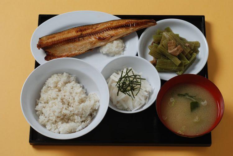 Prison meal B (Atka mackerel) dengan harga 900 yen (kangoku.jp)