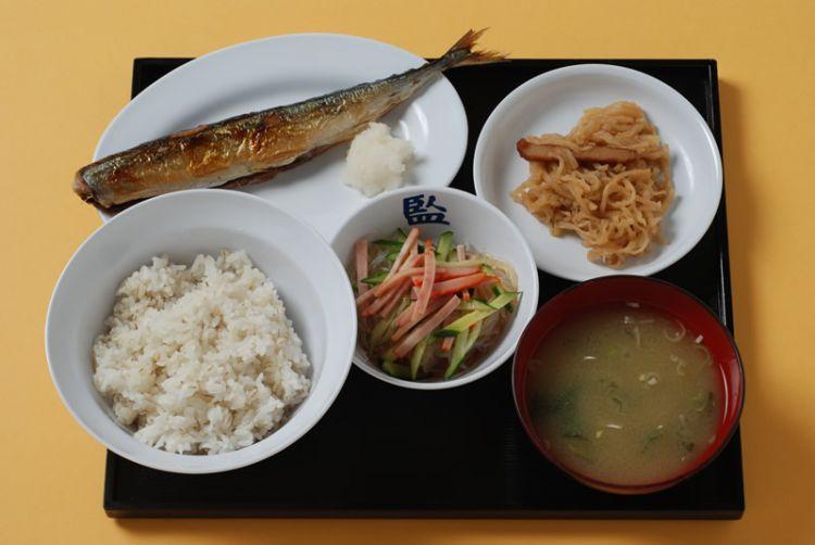 Prison meal A (Pacific saury) dengan harga 800 yen (kangoku.jp)