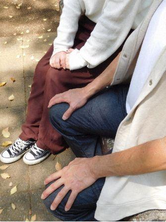 Sang putra (kanan) dan cucu (kiri) dari pria yang meninggal akibat COVID-19 setelah diminta untuk menunggu di rumah oleh pusat kesehatan. Mereka mempertanyakan mengapa pria itu tidak dapat dirawat di rumah sakit lebih cepat. (mainichi.jp)