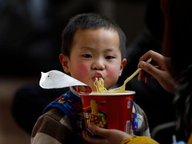 Anak kecil pun menyukai mie instan (insider.com)