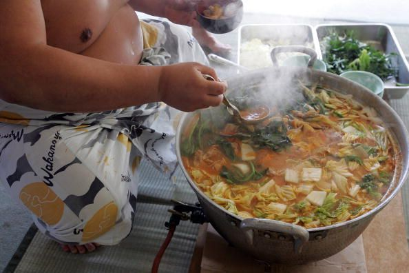 Seorang atlet sumo memakan Chankonabe  (cq.com)