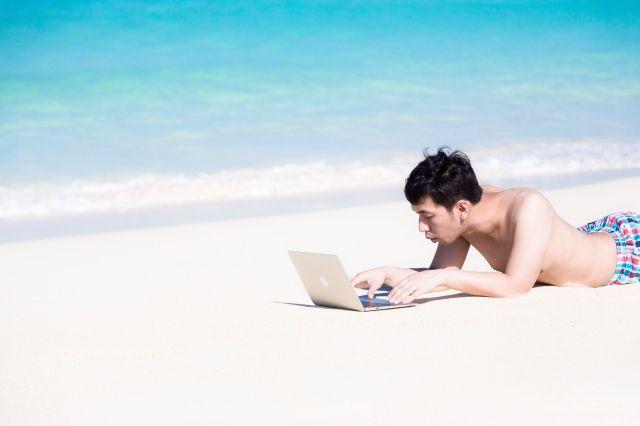 Ilustrasi bekerja di pantai (pakutaso.com)