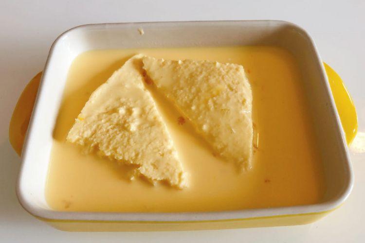 Merendam roti dalam campuran telur dan gula (grapee.jp)