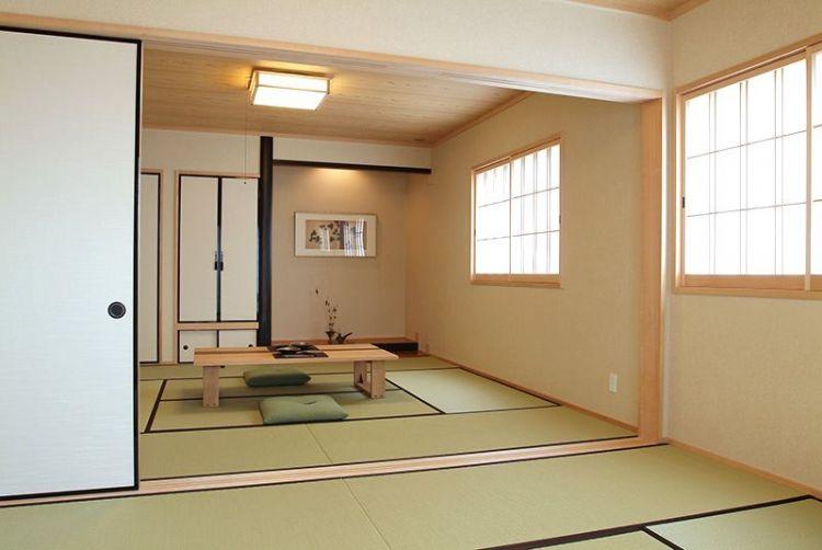 Sebuah ruangan ala Jepang dengan pintu geser fusuma, jendela gaya shōji, lantai tatami, dan sebuah tokonoma.