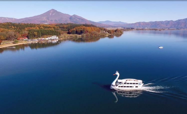Perahu wisata saat musim gugur di Lake Inawashiro (inawashiroko.jp)