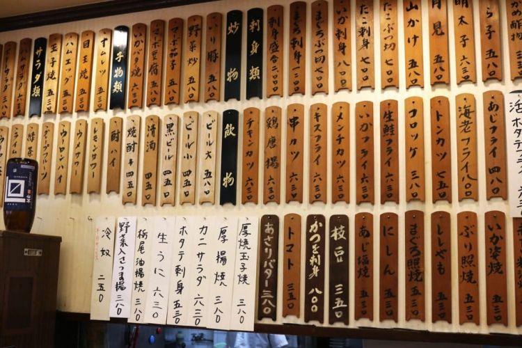 Menu tulisan tangan di dinding (matcha-jp.com)