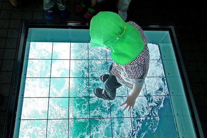 Jendela kaca di lantai Uzu no Michi (japan-magazine.jnto.go.jp)