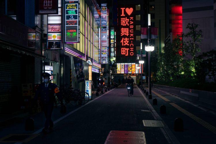 Kabukicho merupakan salah satu red district di Jepang yang biasanya sangat ramai dan gemerlap terlihat sangat sepi ( OSCAR BOYD )