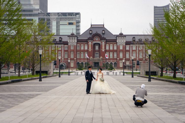 Suasana di Tokyo Station yang sangat sepi hanya ada sepasang calon pengantin yang sedang melakukan photoshoot ( OSCAR BOYD )