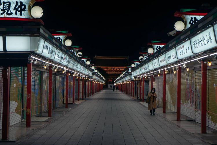 Area pertokoan di Sensoji Temple, Asakusa yang sangat sepi seperti kota mati yang di abadikan oleh ( OSCAR BOYD )