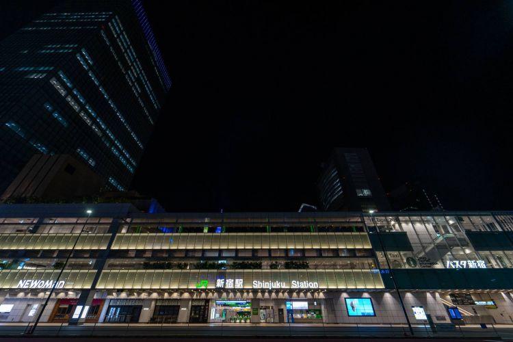 Salah satu stasiun terbesar di Tokyo, yaitu stasiun Shinjuku juga sangat terlihat sepi ( OSCAR BOYD )