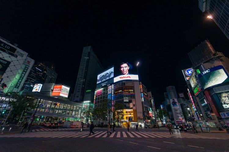 Shibuya crossing yang biasanya ramai oleh para wisatawan yang menyebrang dimalam hari sangat terlihat sepi. ( Photo: Oscar Boyd )