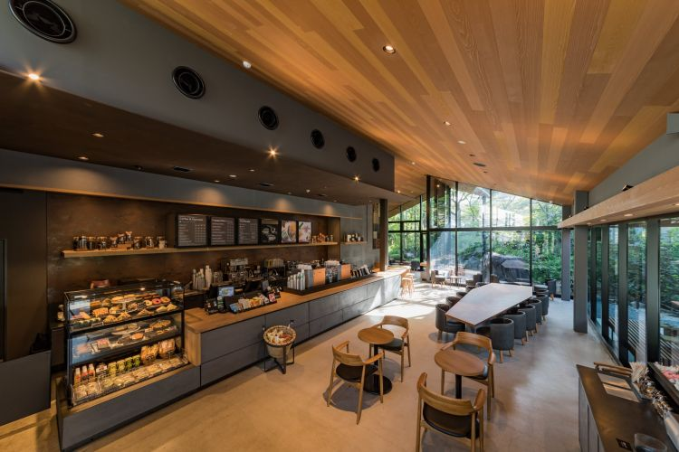 Interior dalam kafe Starbucks
