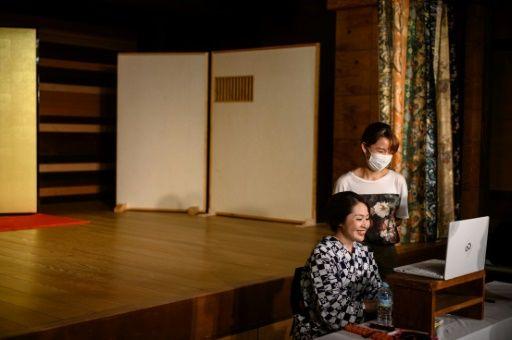 Para geisha menyapa audiensnya lewat internet