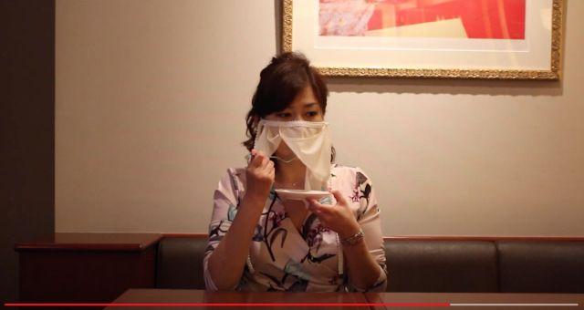 Masker cadar memudahkan hostess untuk makan dan minum