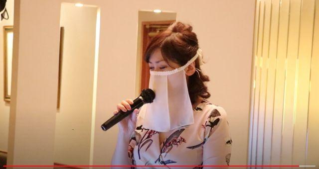 Masker cadar tidak hanya melindungi, tapi juga mempercantik para hostess