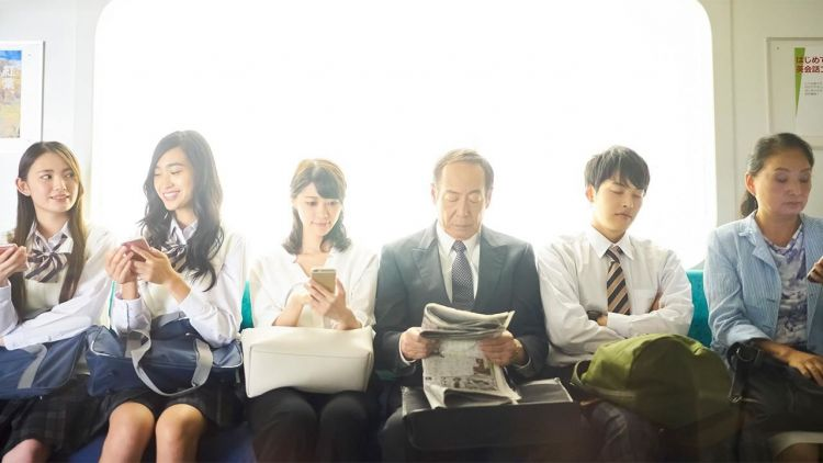 remaja jepang membaca koran japanesestation.com