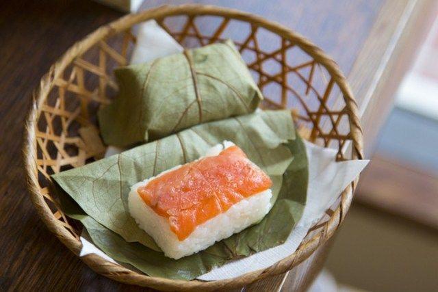 sushi unik Jepang kakinoha-zushi japanesestation.com