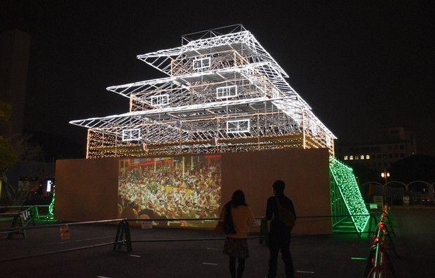 Benteng penjaga Kastil Tokushima yang dibangun kembali menggunakan perancah dan lampu LED