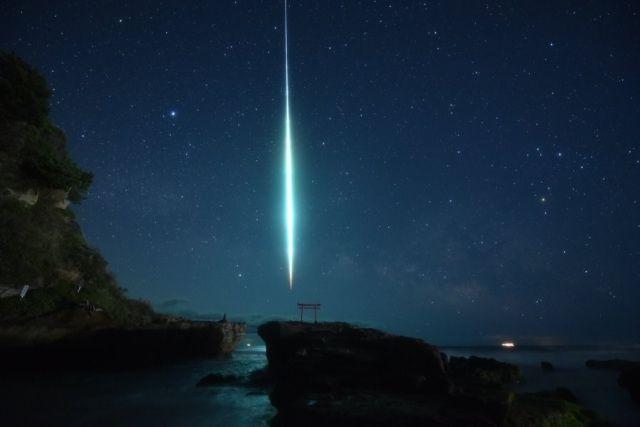 Foto meteor di langit malam pantai Izu