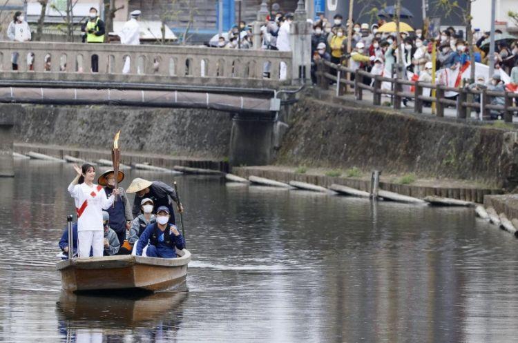 Obor Olimpiade Tokyo diangkut di atas kapal