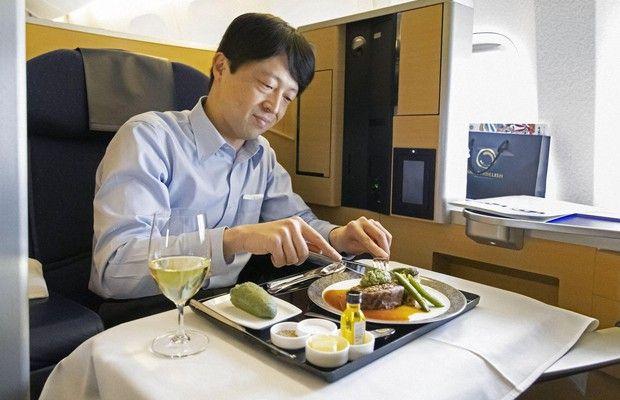 makan di pesawat ANA